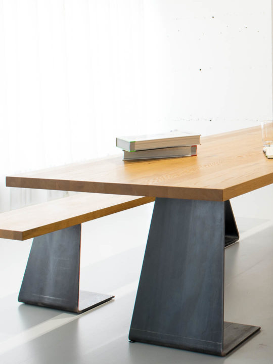 Esstisch Massivholz Stahl mit Bücher Deko