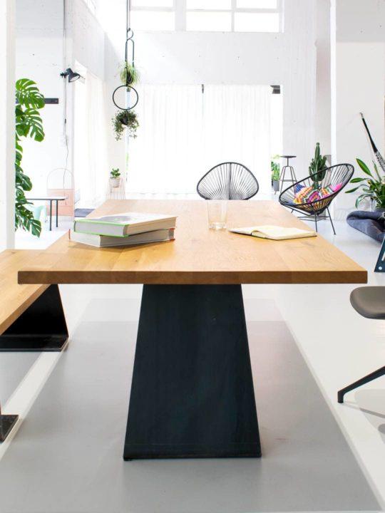 Tisch mit Stahlfuß in großem Loft