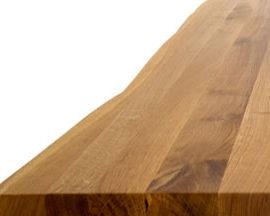 Esstisch mit Baumkante im Detail
