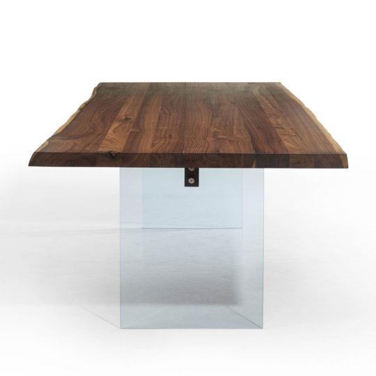 Holztisch mit Glasbeinen frontal
