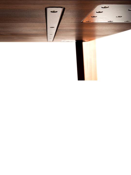 Design Holztisch mit Stahlkern von Unten