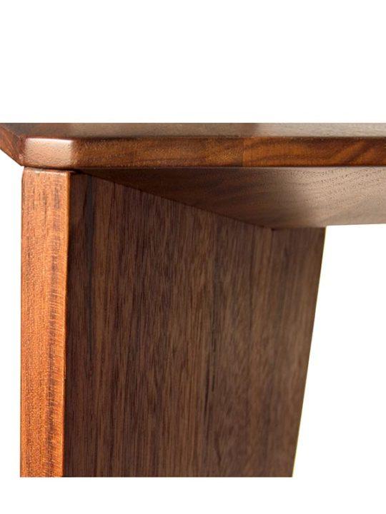 Detailaufnahme vom Holzfuß des Design Tisch Bronco