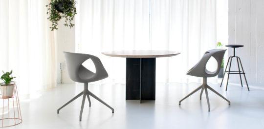 Runder Esszimmertisch mit Stühlen in Loft