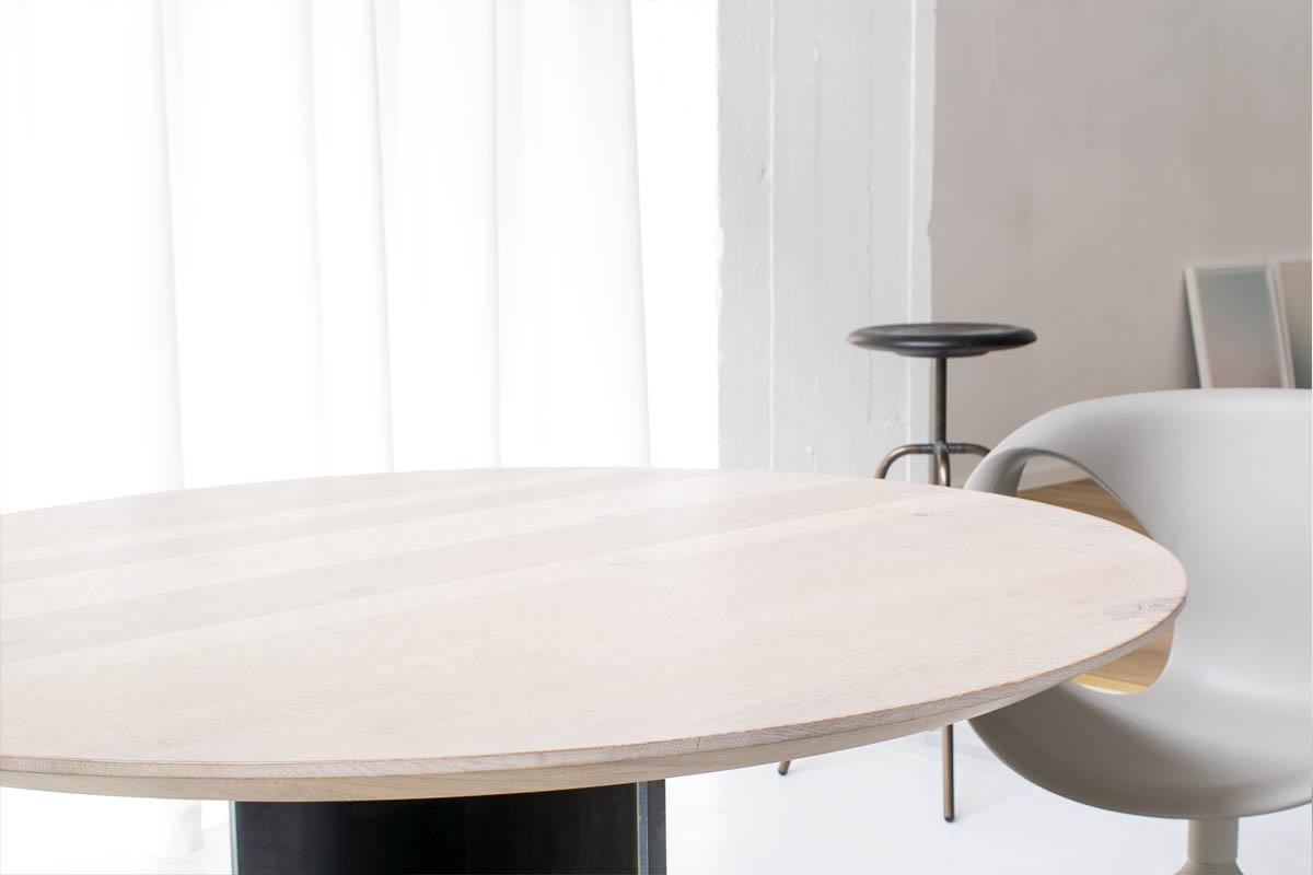 Nahaufnahme von rundem Esszimmertisch mit weißer Eiche Tischplatte