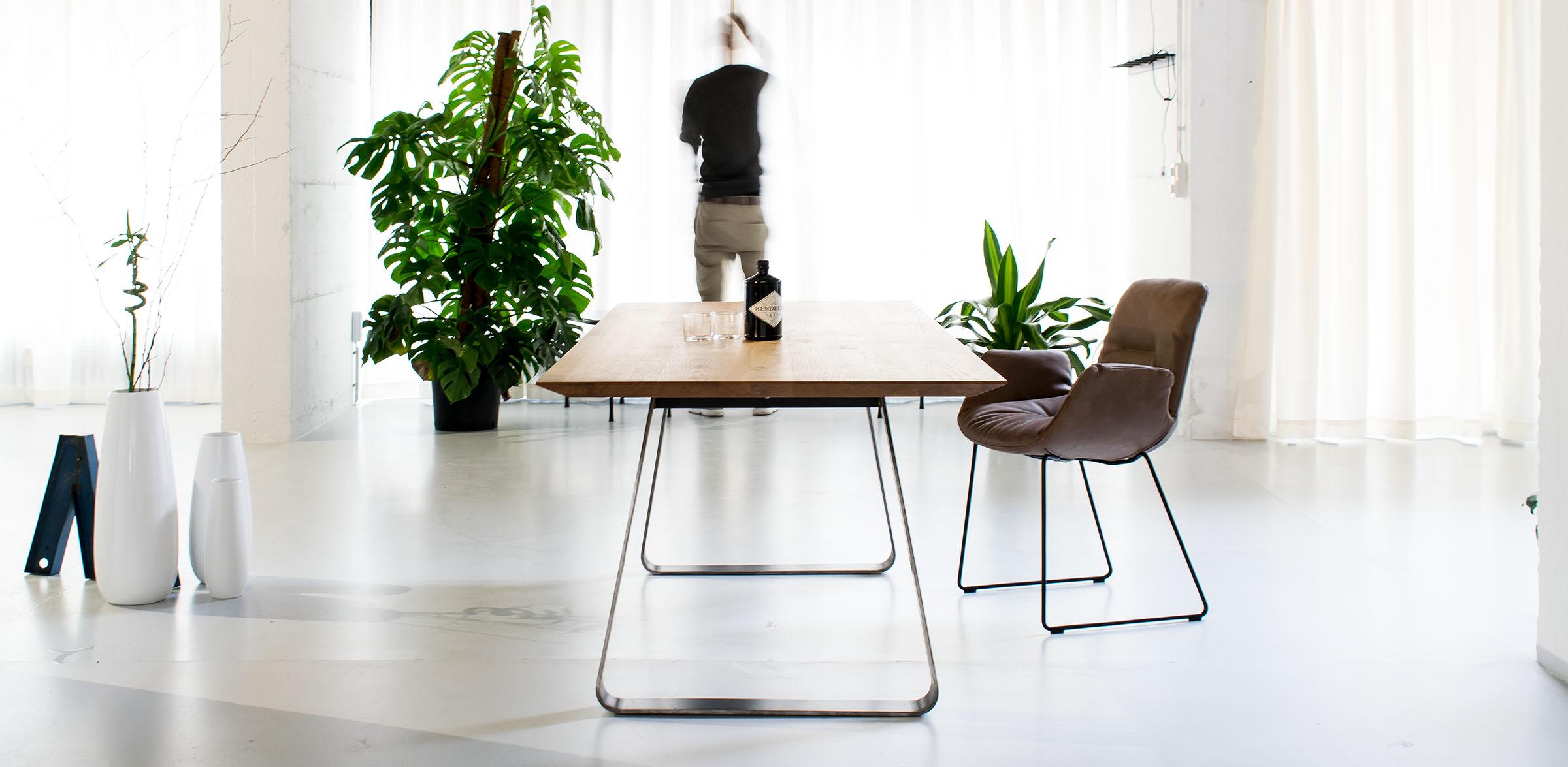 Massiver Esstisch nach Maß, massiver Design Esstisch mit Stahluntergestell, Massivholz Esstisch mit Stahlwangen, Brutus MBzwo