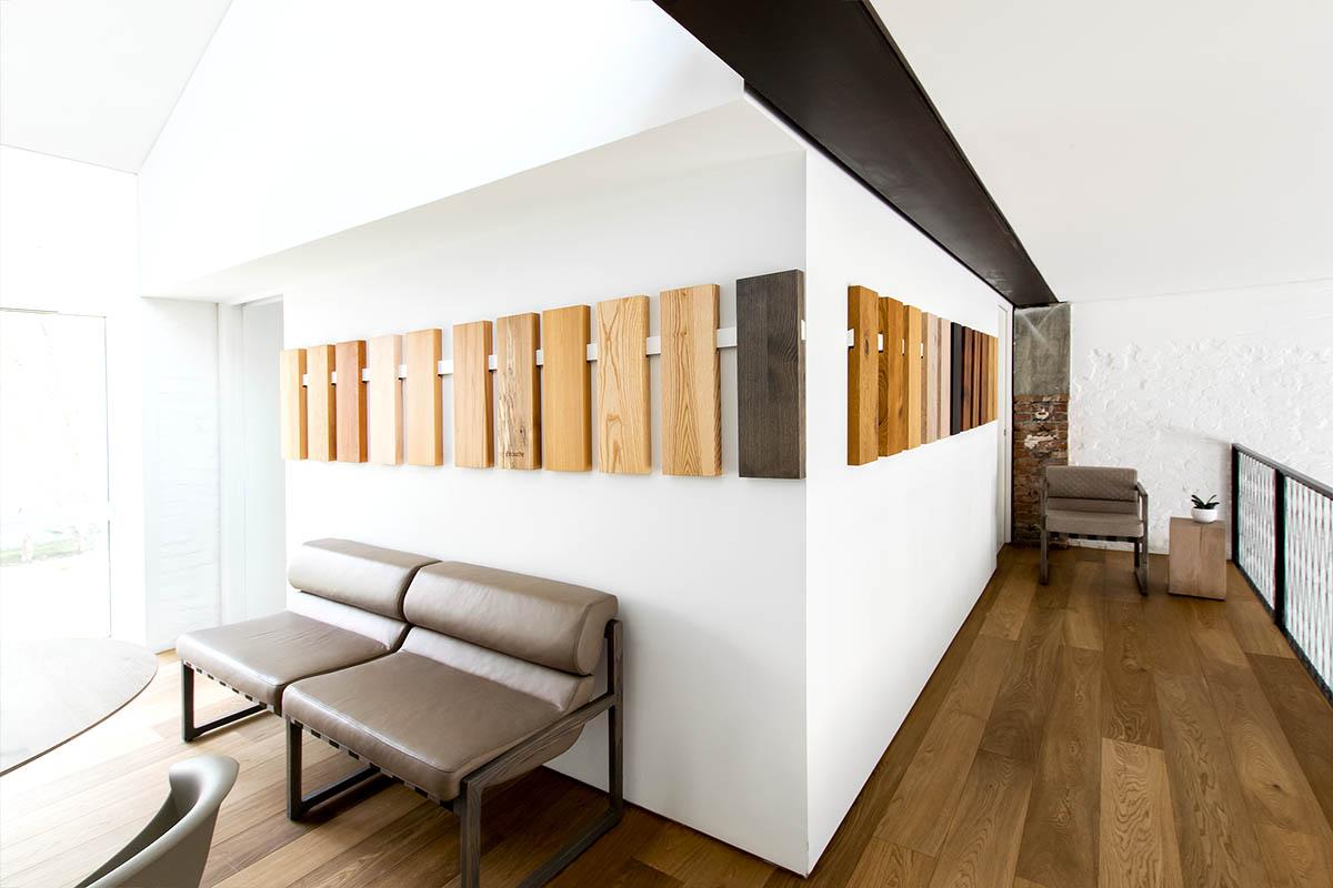 Unterschiedliche Holzarten im MBzwo Showroom