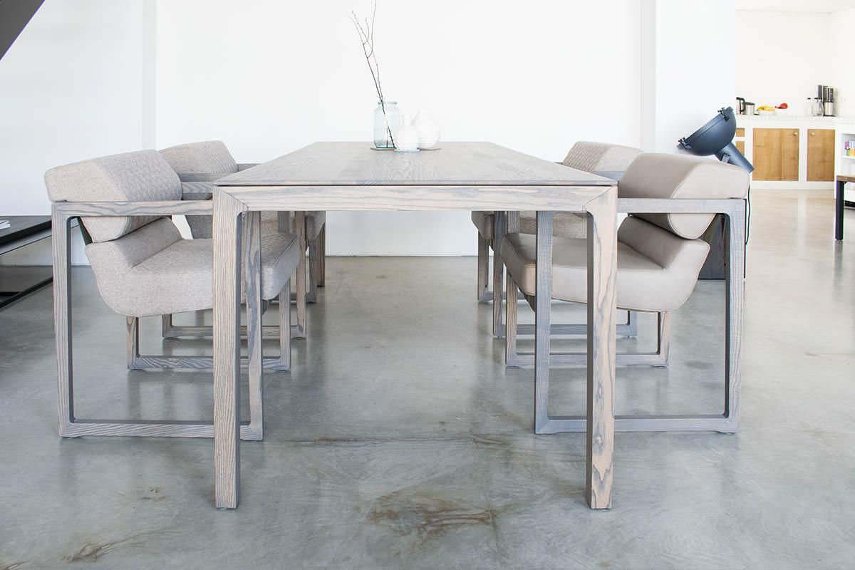 Design Tisch nblogg mit Sitzmöbeln von MBzwo