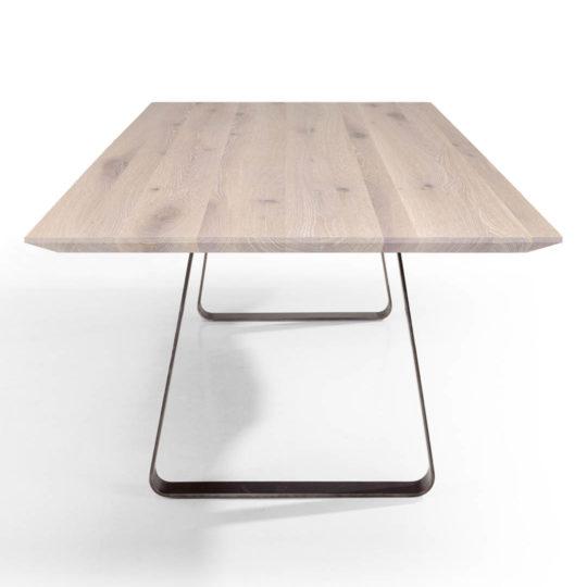 Tisch Brutus mit angefaster Kante und spitzer Ecke in Asteiche weiß geölt