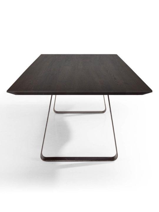 Tisch Brutus mit angefaster Kante und spitzer Ecke in Asteiche schwarz geräuchert