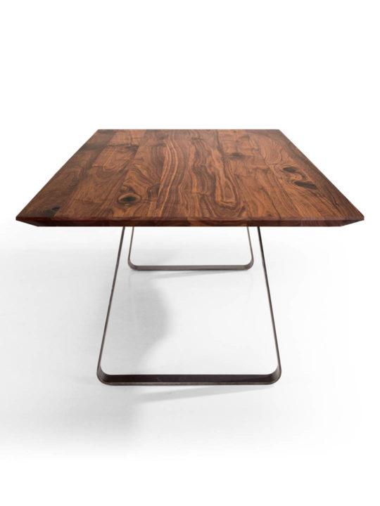 Tisch Brutus mit angefaster Kante und spitzer Ecke in Nussbaum premium