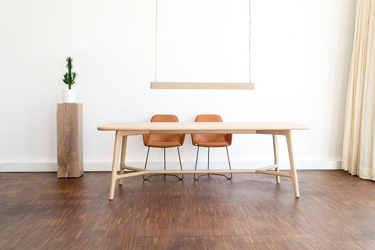 Tisch skandinavisch mit Stühlen und Lampe