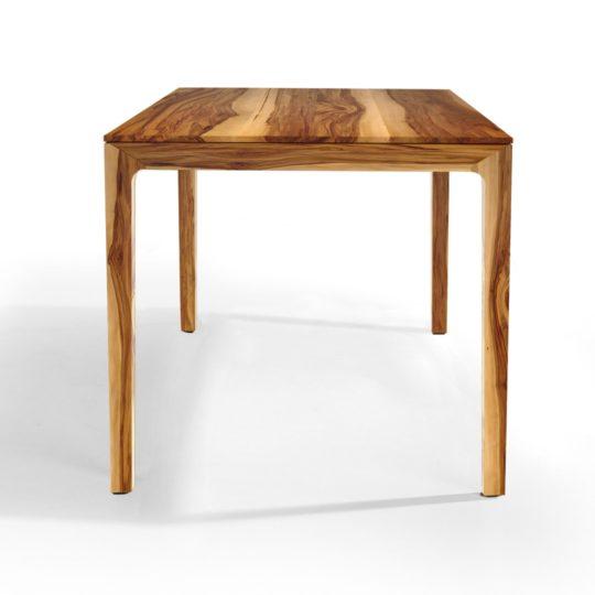 Skandinavischer Esstisch aus Massivholz mit filigranen Füßen