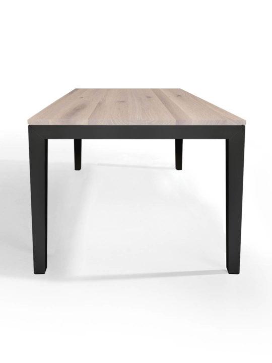 Tisch Pantera in Asteiche weiss geölt mit anthrazitem Untergestell