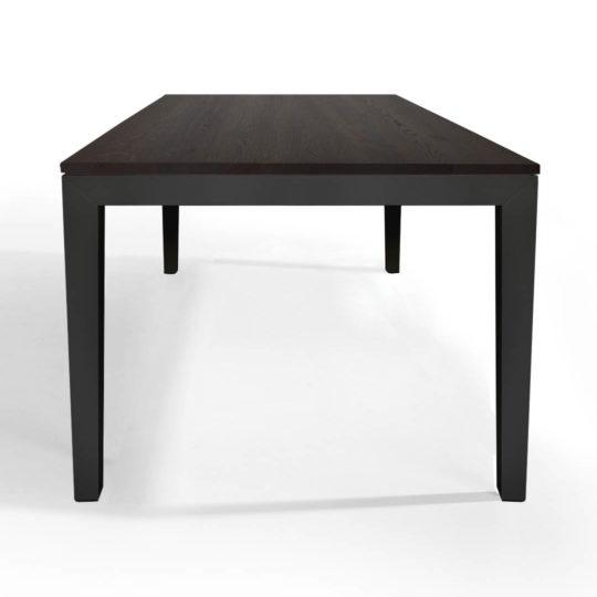 Tisch Pantera in Eiche geräuchert mit anthrazitem Untergestell