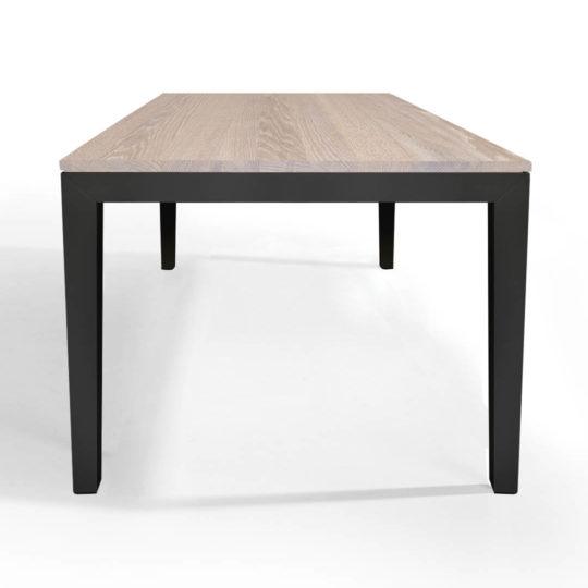 Tisch Pantera in Eiche weiss geölt mit anthrazitem Untergestell