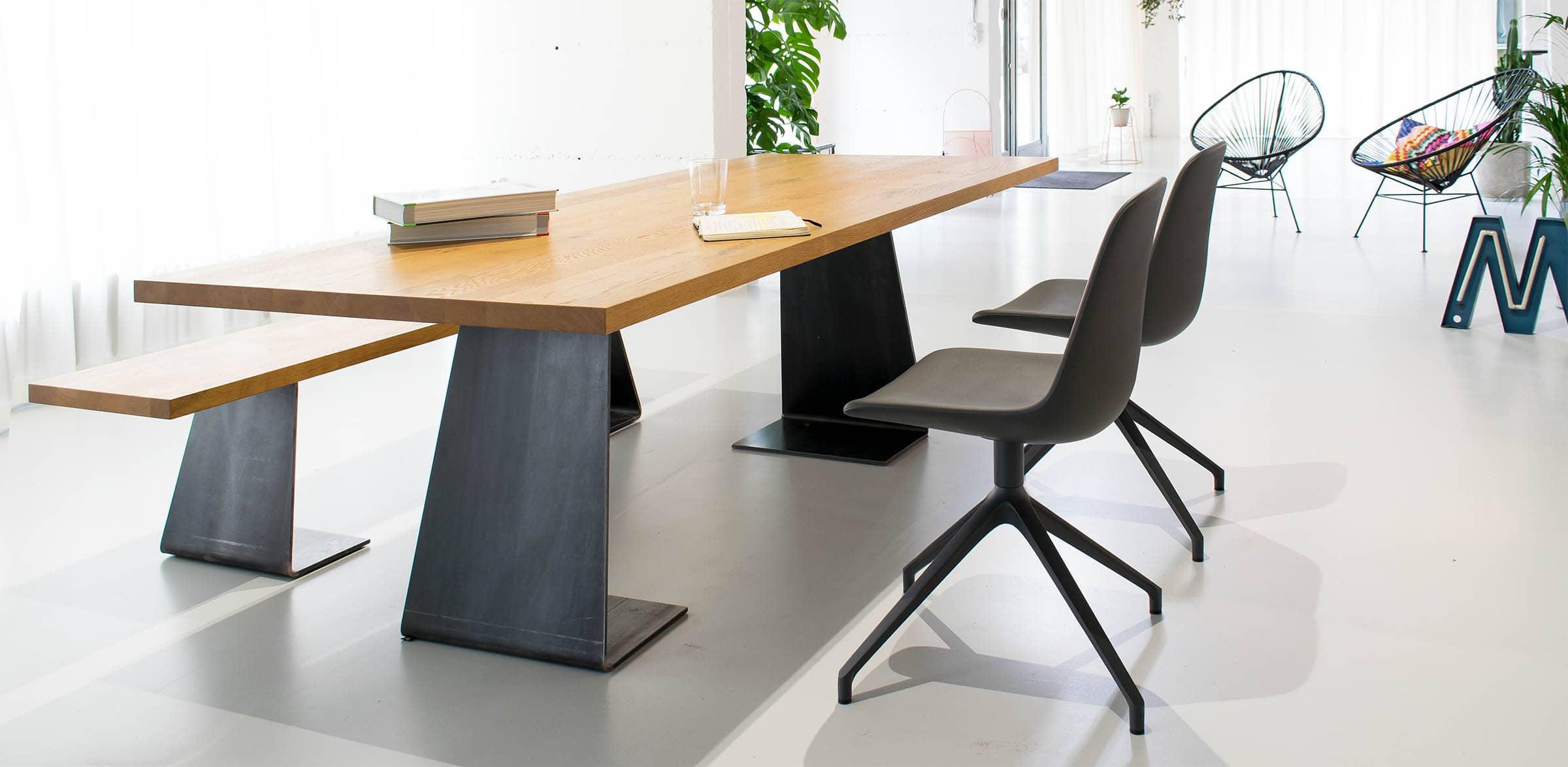 Eiche Esstisch mit Stahlfüßen und schönen Stühlen