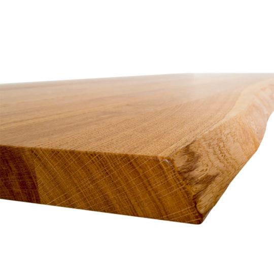 Detailansicht von Eiche Tischplatte mit Baumkante
