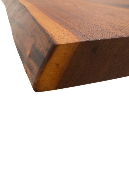 Detailaufnahme von Tischplatte mit leichter Baumkante