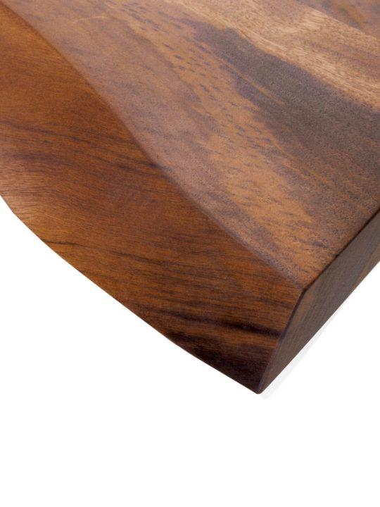 Detailansicht von Nussbaum Tischplatte mit Baumkante