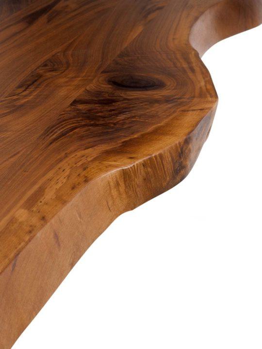 Detailaufnahme von Nussbaum Tischplatte mit Baumkante