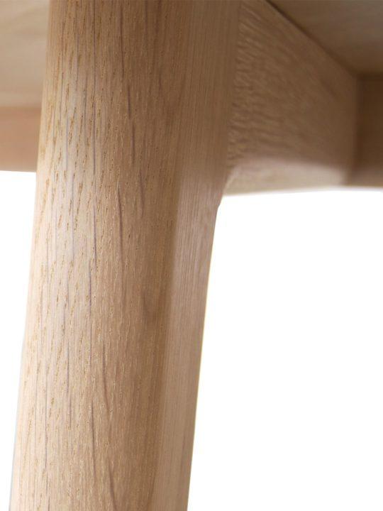 Detailaufnahme des Holz Tischbeins in Eiche