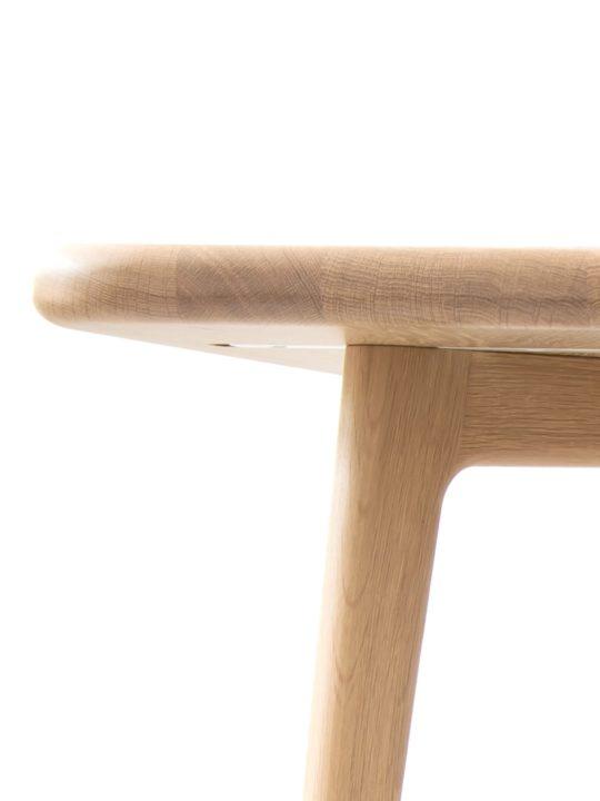Nahaufnahme der runden Ecken des skandinavischen Tisch