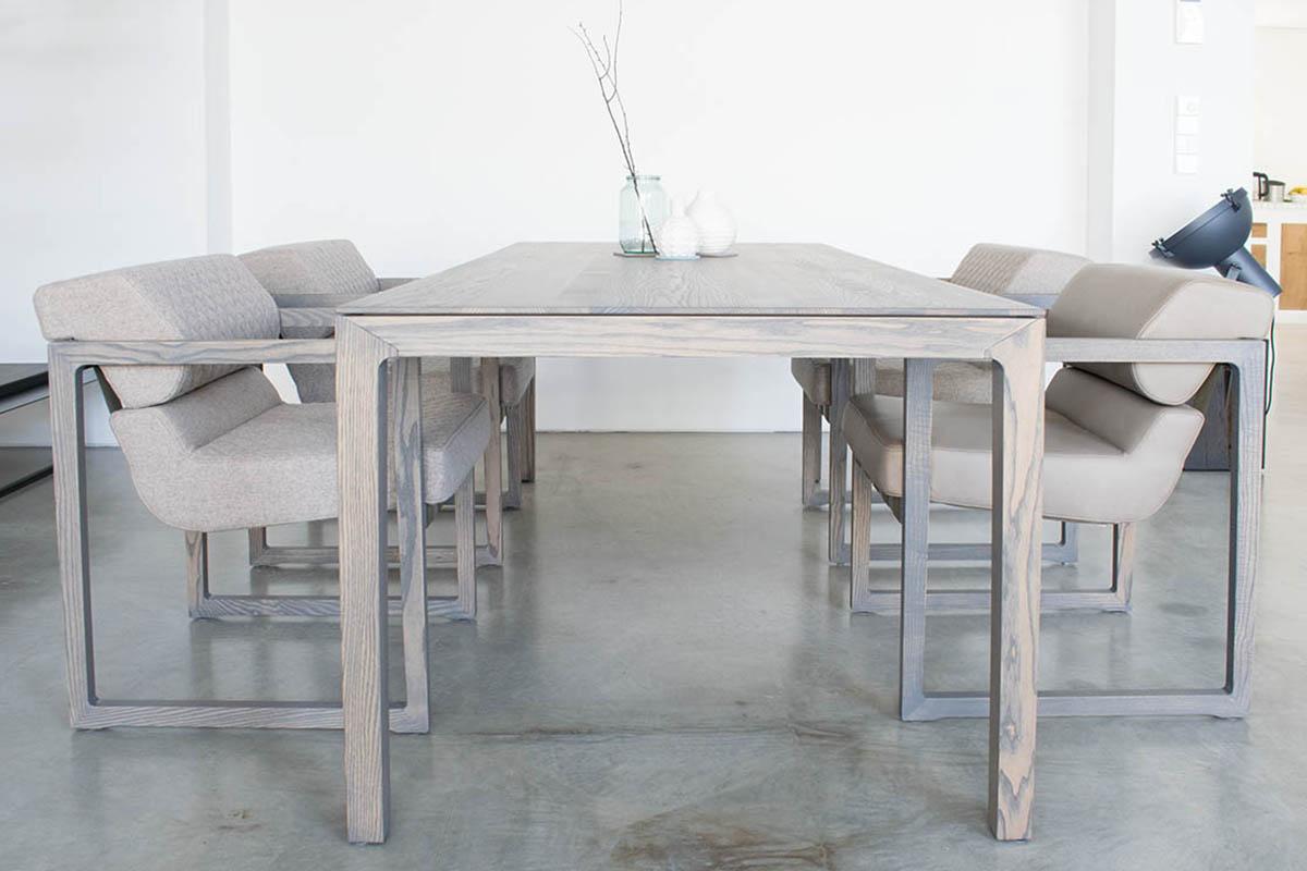 filigraner Esstisch aus Massivholz in skandinavischem Design nach Maß