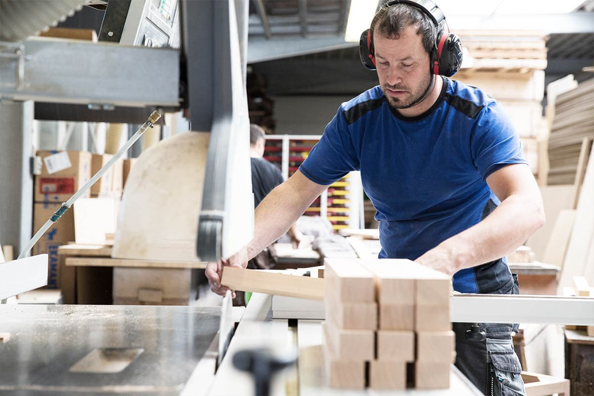 Zuschnitt von Massivholz Riegeln in Werkstatt