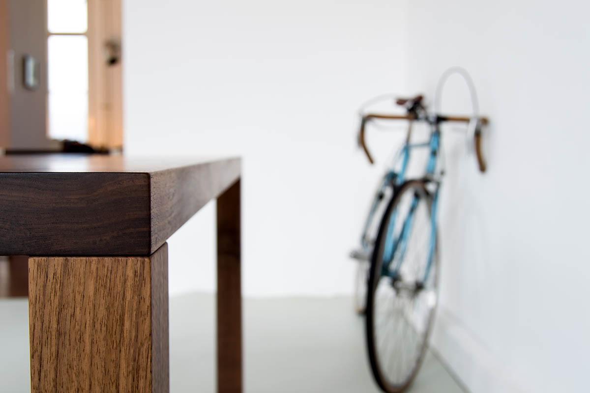 Detail von Esstisch mit Holzfüßen