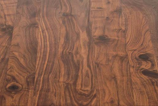 Nahaufnahme der Maserung einer Nussbaum Tischplatte