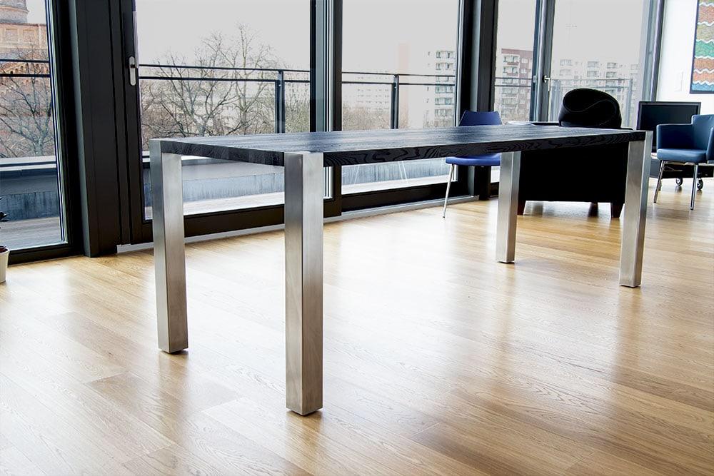 Tisch mit schwarzer Tischplatte in Wohnung