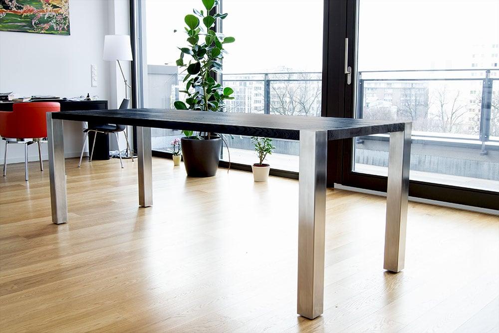 Massivholz Tisch mit schwarzer Platte in Wohnung