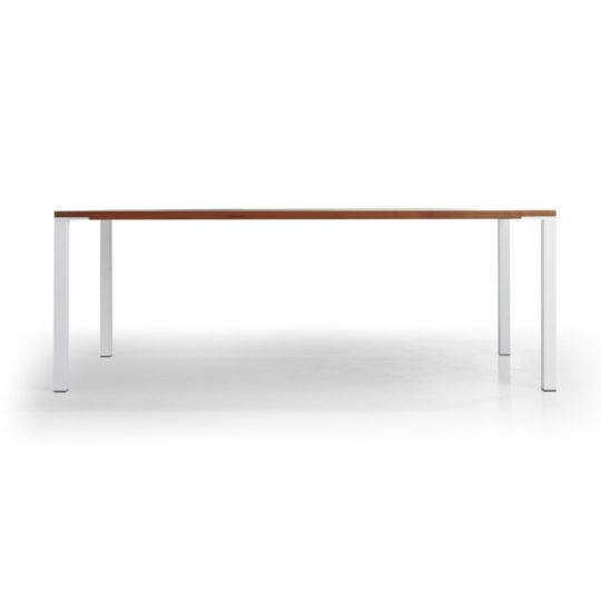 minimalistischer Tisch im Profil