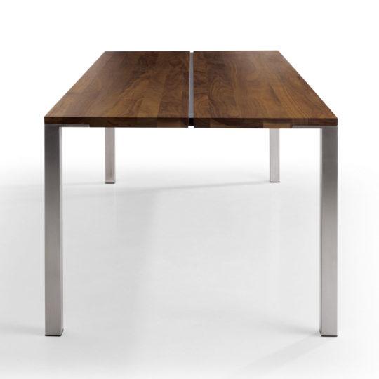 minimalistischer Esstisch mit schöner Fuge in Tischplatte