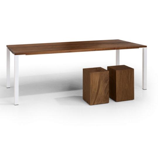 minimalistischer Tisch mit dunklen Holz Hockern