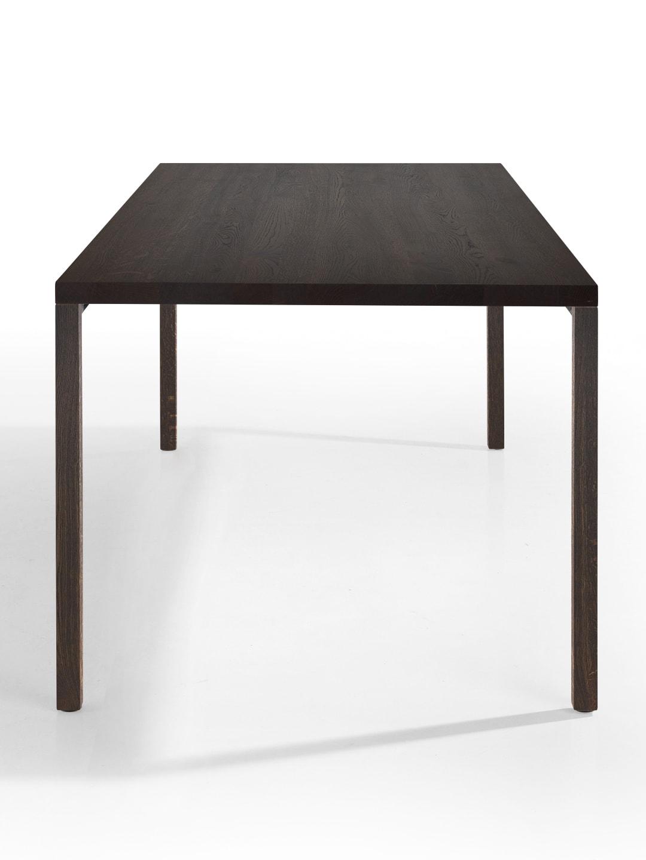schwarzer Tisch mit Holzbeinen frontal