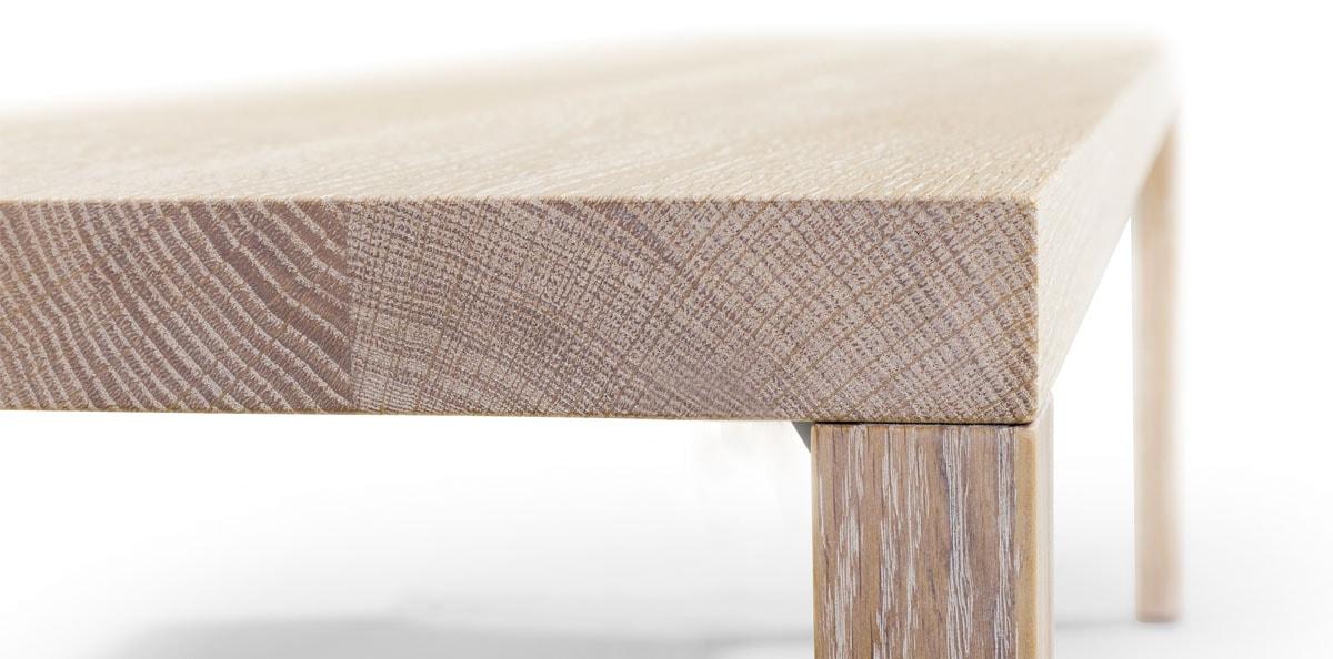 Nahaufnahme von Tisch mit Holzbeinen in Eiche weiß