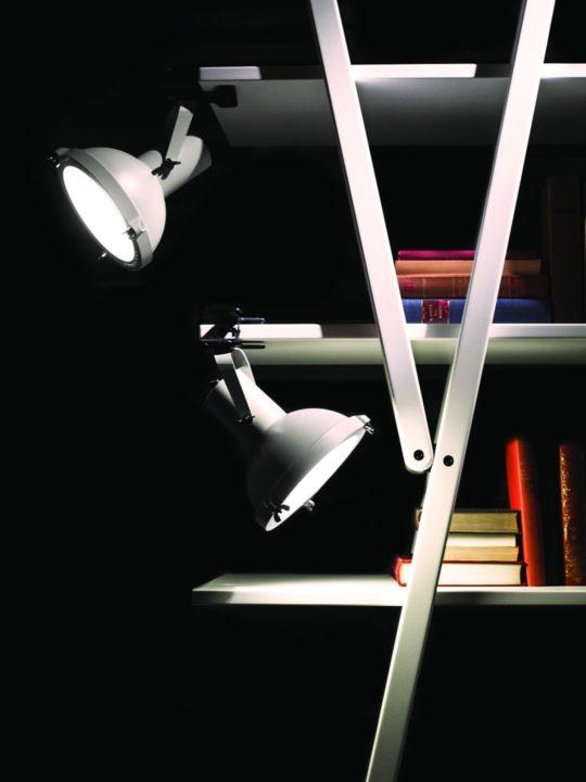 Zwei Nemo Designer Lampen Projecteur clip in white sand an Bücherregal.