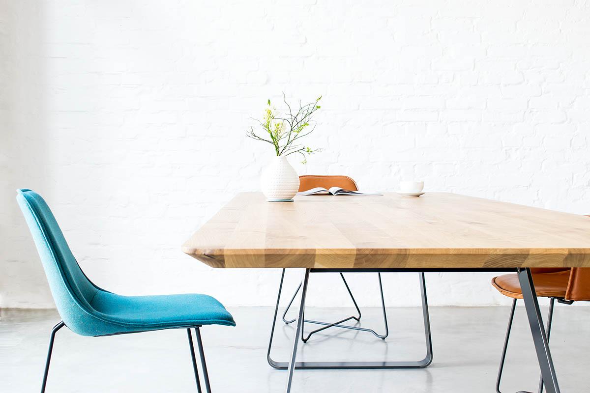 Design Massivholztisch Brutus nach Maß mit Like Stühlen von MBzwo
