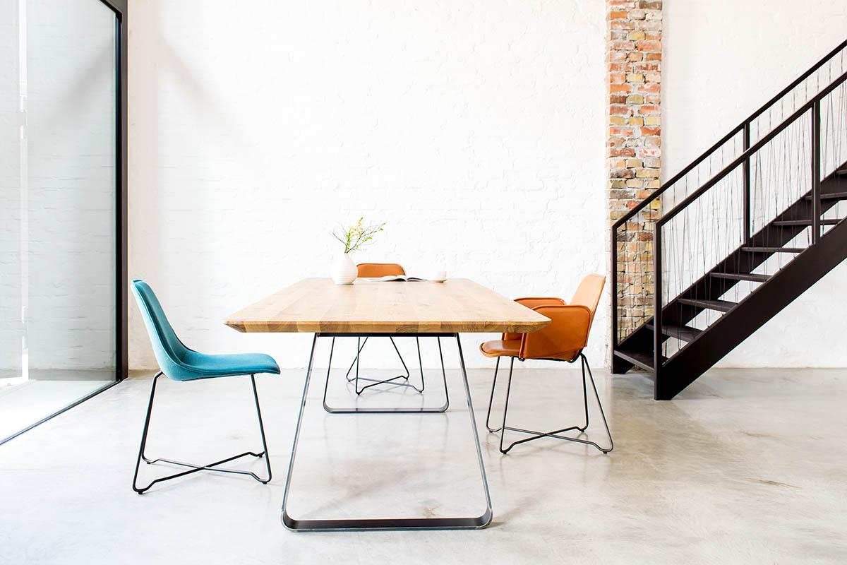 Esstisch nach Maß Brutus aus Holz und Metall mit Like Stühlen von Mbzwo