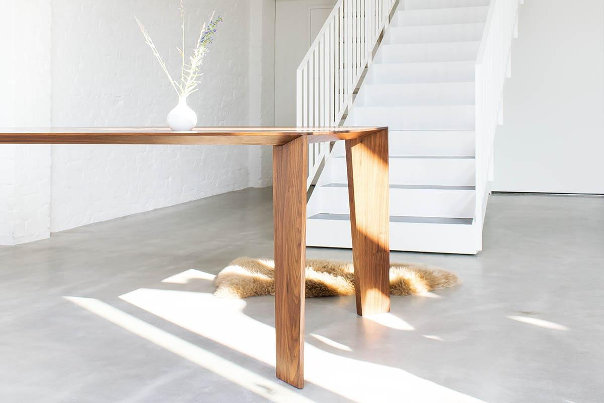Design Massivholztisch in Nussbaum von MBzwo