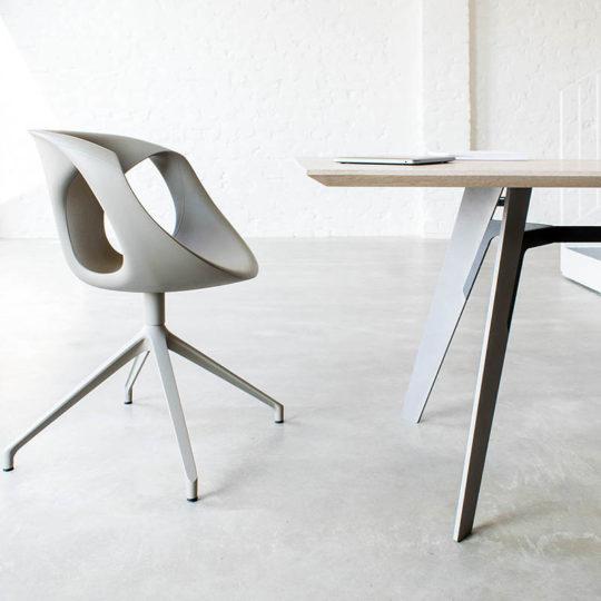 Massivholztisch Marlin von MBzwo mit Tonon Stühlen