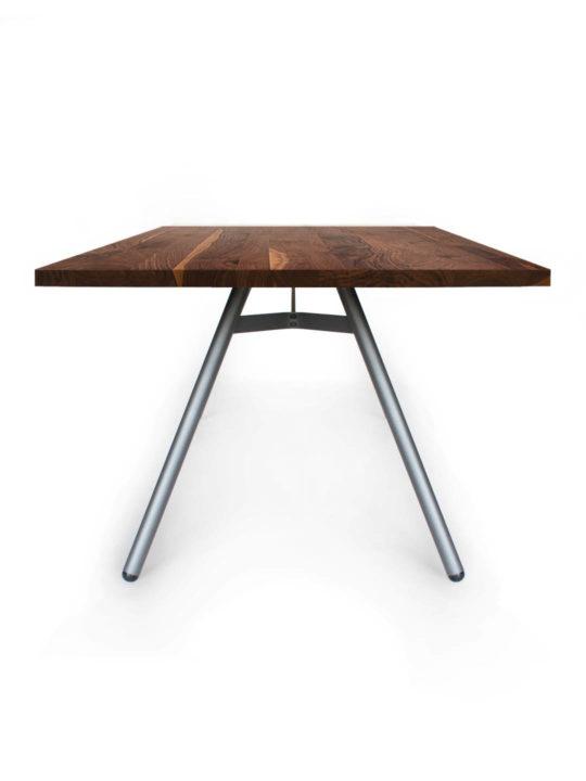 Tisch Trigon in Nussbaum Ast mit Splint von MBzwo