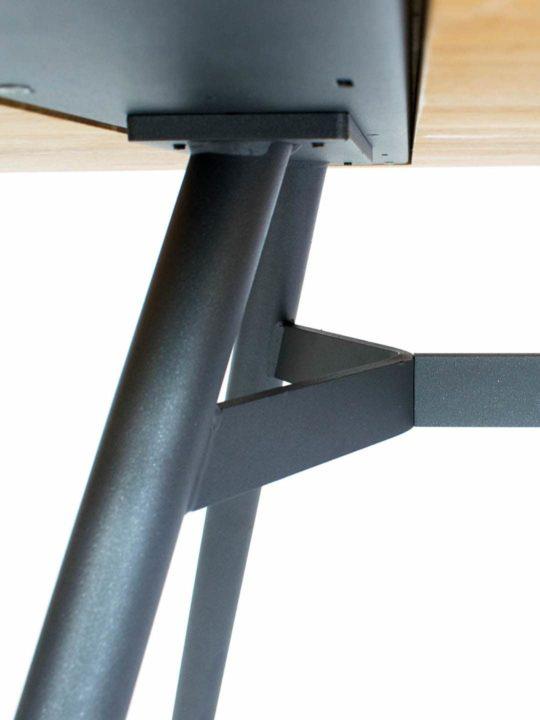 Tisch Trigon in Asteiche von MBzwo