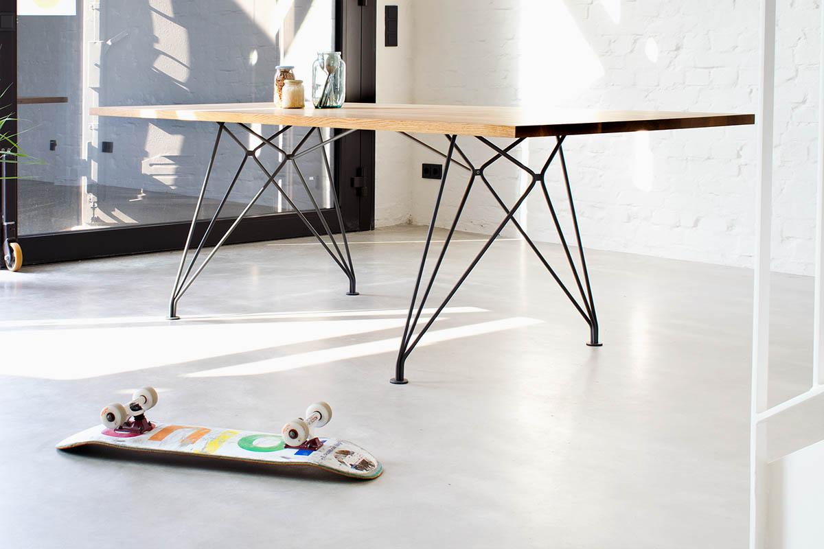 Moderner Esstisch mit Drahtgestell von MBzwo