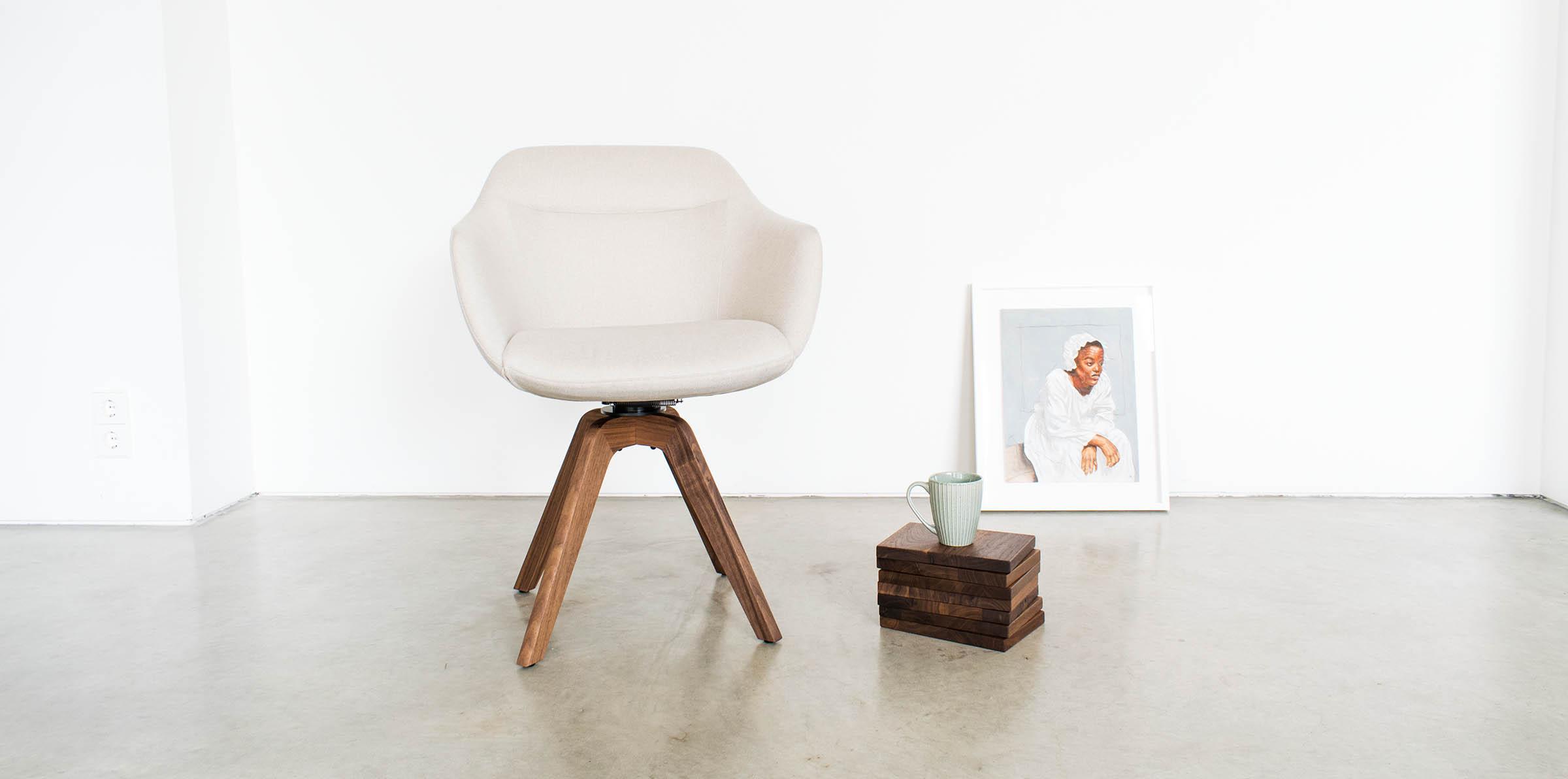 Stuhl BW Cara Armlehne mit Holzuntergestell von den Bielefelder Möbelwerkstätten bei MBzwo