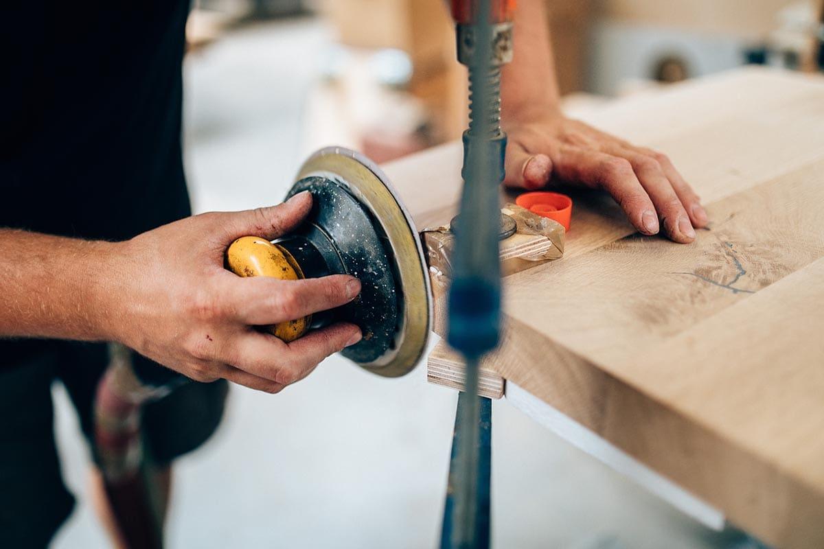 Tischplatte schleifen in der Werkstatt von MBzwo
