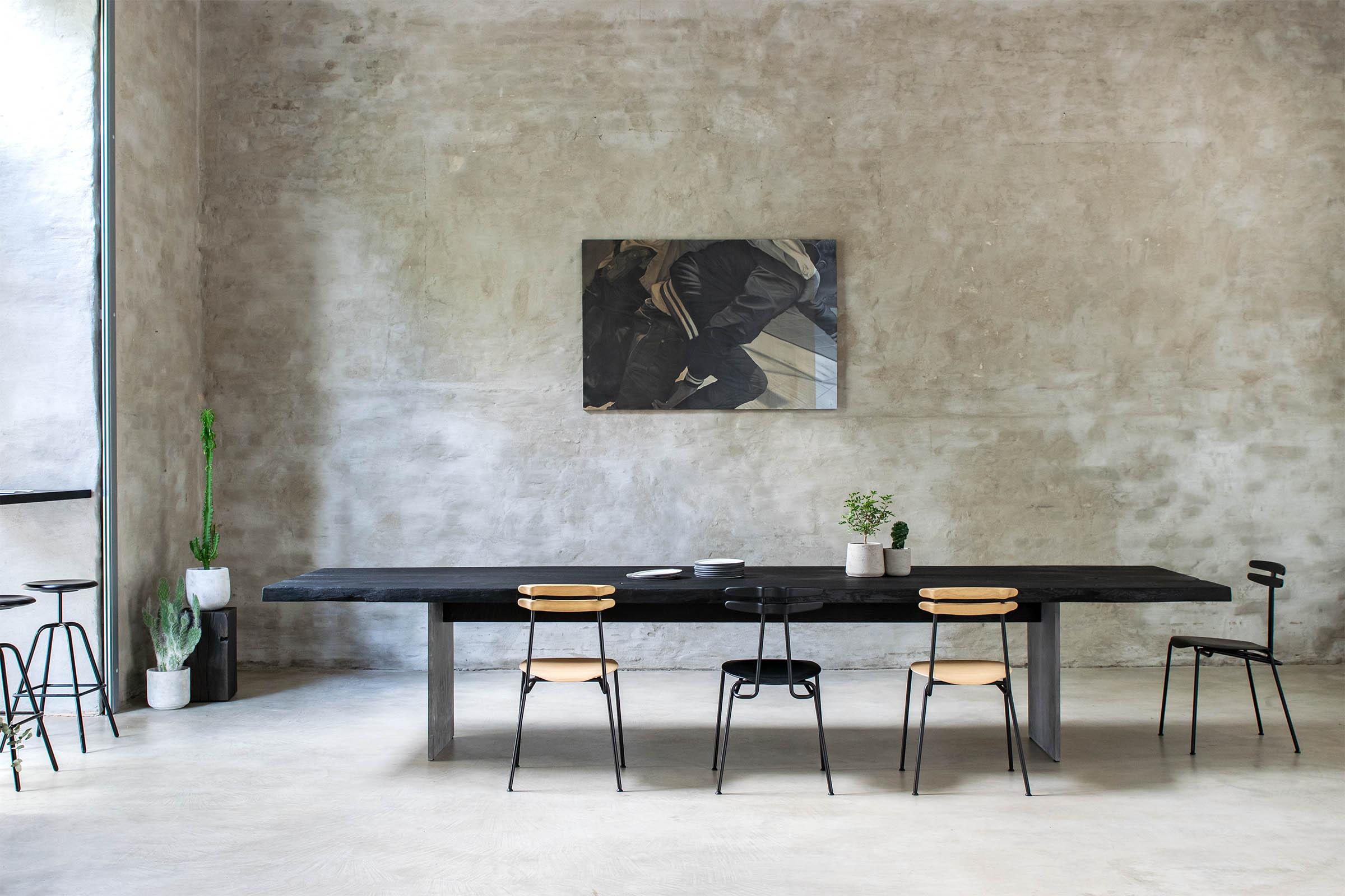 Eiche Tisch schwarz mit Baumkante und Betonfüßen